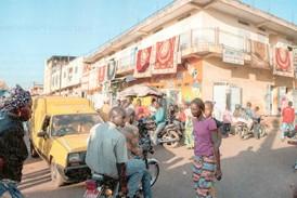 Un jeune commençant se fâche contre l'administrateur du marché de Labé, l'assène sans langue de bois