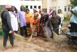 N'zérékoré : les femmes assainissent la maison de Moussa Dadis Camara
